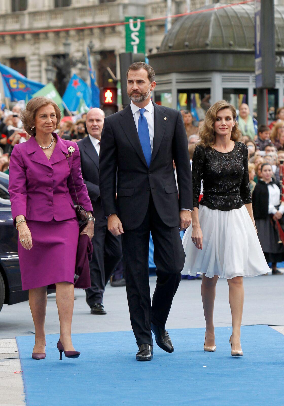 Sofia d'Espagne au côté de son fils Felipe et de sa belle-fille Letizia pour la remise du prix Prince des Asturies, en 2012. L'homme qui concentre désormais ses espoirs, c'est bien son fils.