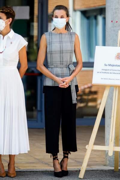La reine Letizia d'Espagne assiste à la rentrée scolaire d'un lycée.