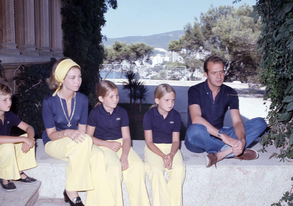 Juan Carlos et Sofia avec leurs enfants Felipe, Elena et Cristina à Palma de Majorque, en 1975. Les tensions sont déjà palpables. La reine n'a pas encore digéré les incartades de son époux.