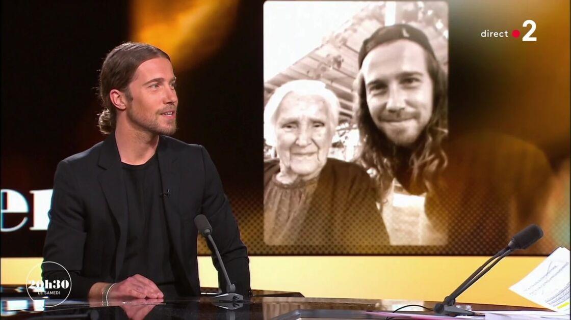 Julien Doré ému par un cliché de sa grand-mère Aimée, sur le plateau du JT de Laurent Delahousse, le 14 septembre 2020.