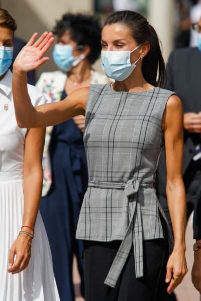 Très élégante, Letizia d'Espagne n'avait pas oublié son masque pour parfaire sa tenue.