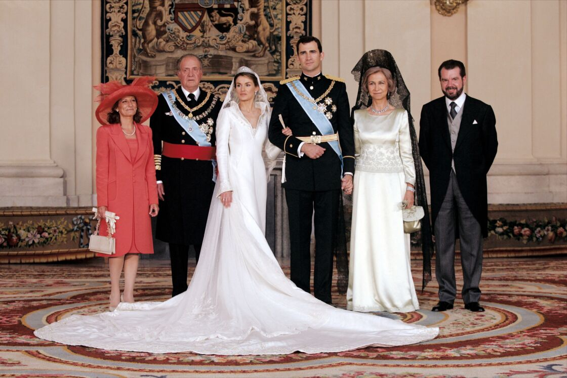 Felipe et Letizia entourés de Juan Carlos et de la reine Sofia, ainsi que des parents de la mariée, Jesus et Maria Ortiz, le 22 mai 2004, jour de leur mariage. Pour la première fois, une divorcée accédait au sommet de la monarchie espagnole.