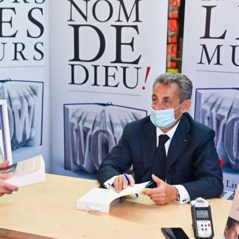 Nicolas Sarkozy gâté… ce cadeau insolite lors d'une dédicace