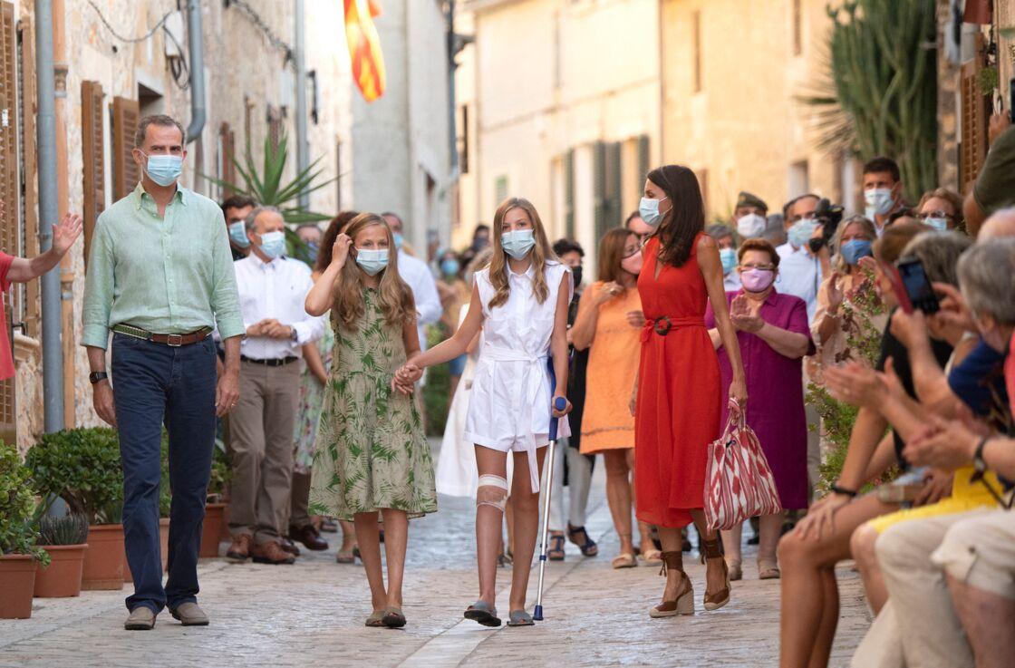Felipe et Letizia d'Espagne avec leurs filles Leonor et Sofia sur l'île de Majorque, le 10 août. Une sortie au contact de la population locale pour contrecarrer l'image d'un couple déconnecté de ses sujets.