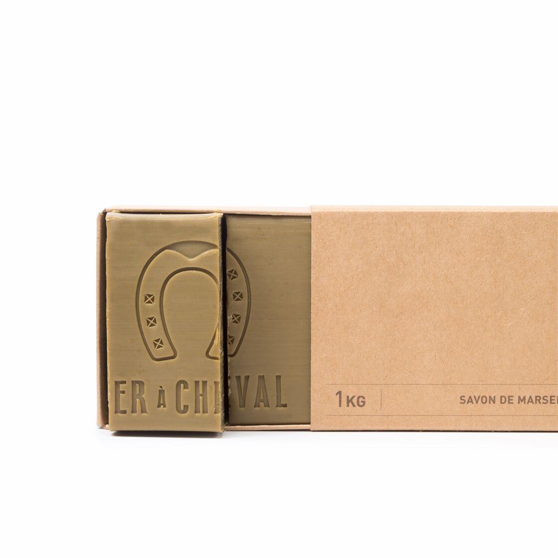 Le savon de Marseille sous forme de bûche de 1k, Le fer à cheval, 15,20 € le kilo.