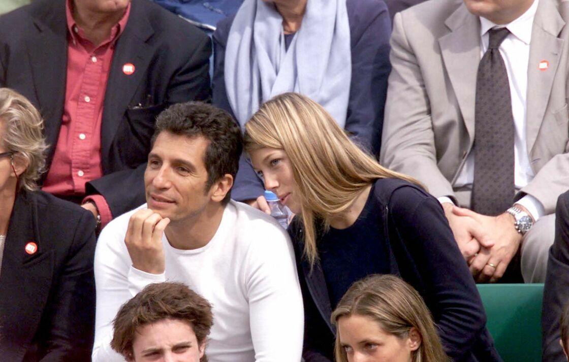 Nagui et Mélanie Page dans les tribunes de Roland Garros, en 2001, quelques mois après leur rencontre lors d'une fête organisée chez l'animateur.