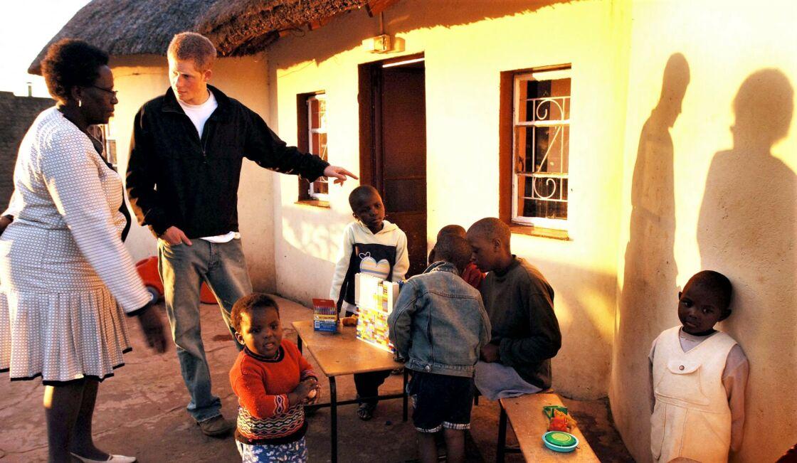 Harry, à 22 ans, lors d'une de ses premières actions humanitaires, en Afrique du Sud, en avril 2006.