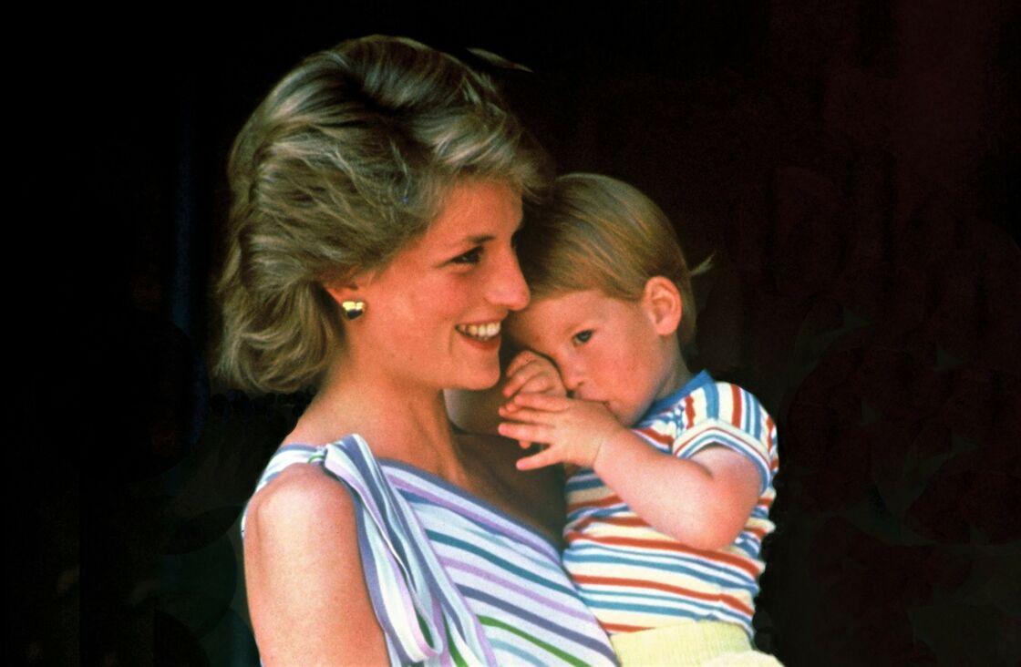 Harry dans les bras de sa mère Lady Diana, à Londres, en 1986.