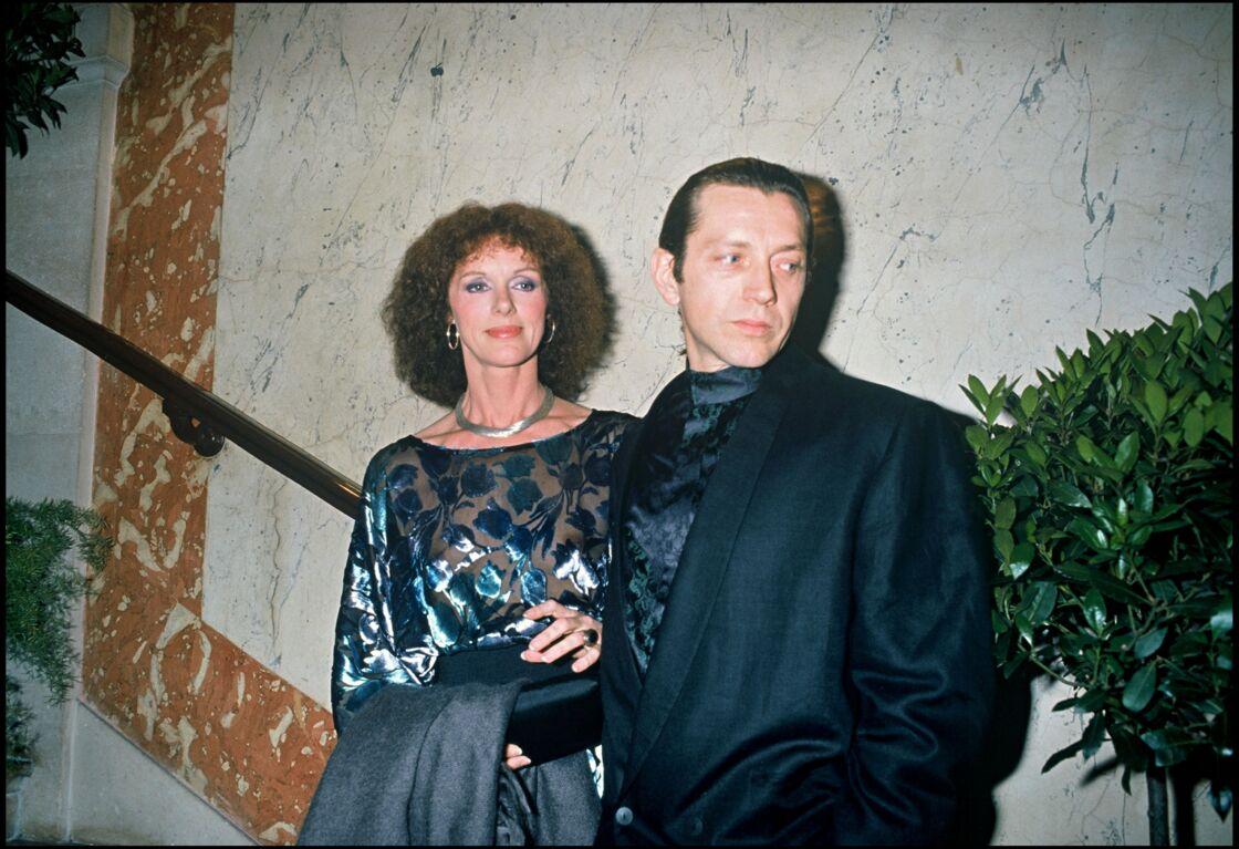 Anny Duperey avec Bernard Giraudeau, le père de ses enfants Sara et Gaël, aux Molières en 1988. Le couple a vécu ensemble pendant près de 20 ans, jusqu'en 1991. La nature pessimiste de Bernard aura eu raison de leur vie à deux, quand bien même ils resteront amis jusqu'à la mort de l'acteur en 2010.