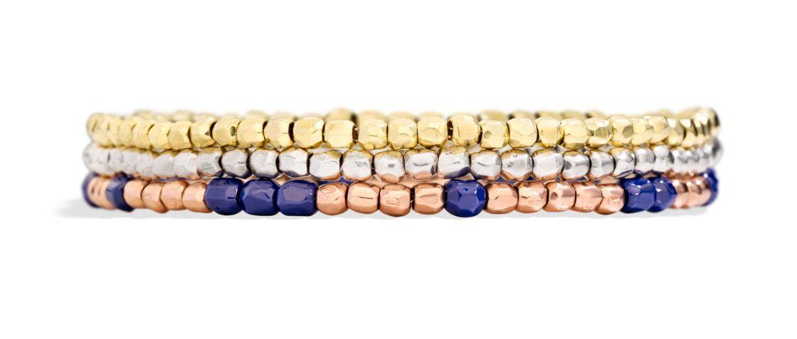 Les bracelets Granelli en or jaune et or rose, accessoirisables avec des mini-pendentifs.