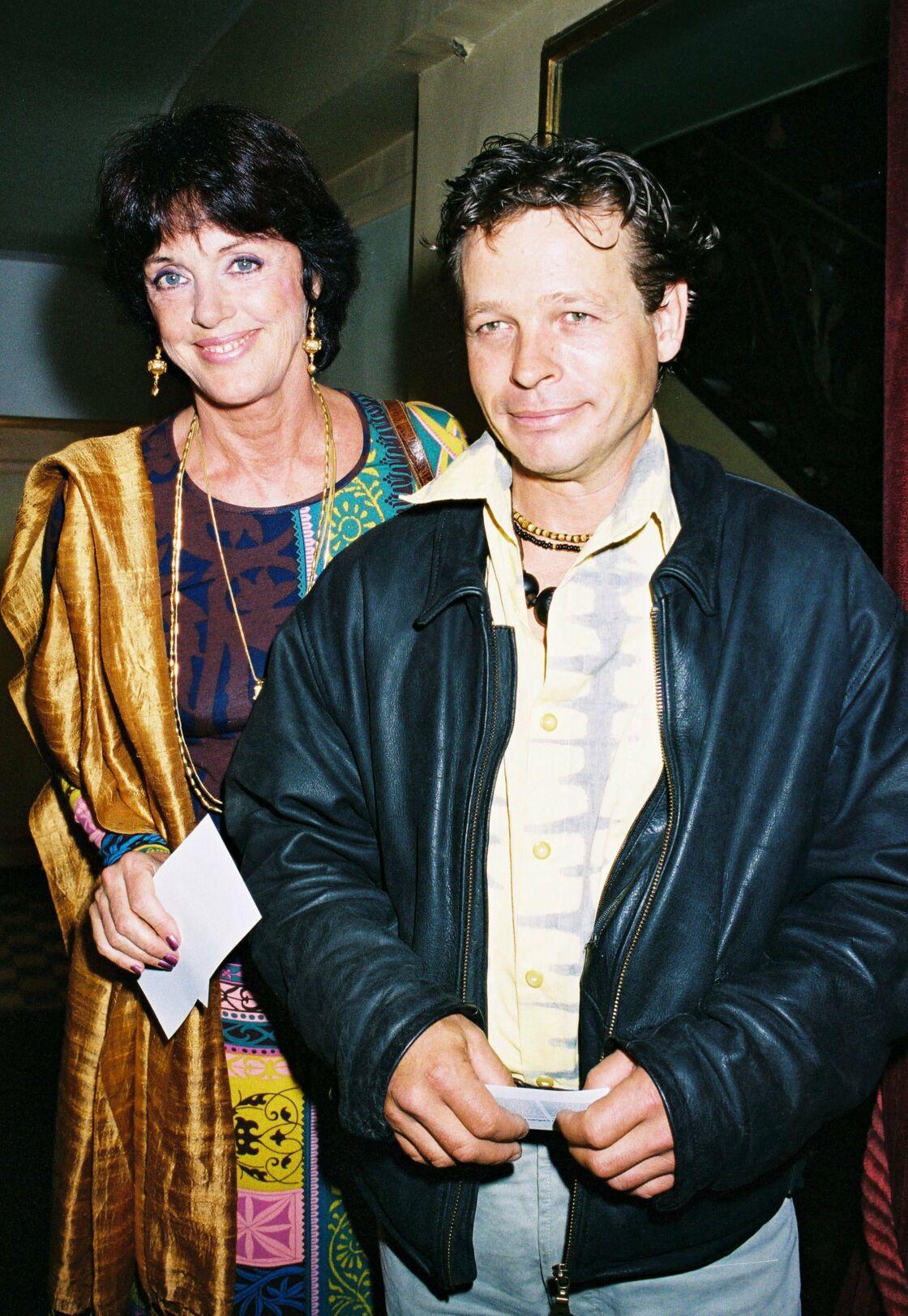 Anny Duperey avec le deuxième grand amour de sa vie, l'acteur Cris Campion, en 2003. Lorsqu'ils se rencontrent en 1993, leurs 19 ans d'écart ne les effraient pas. Anny choisira toutefois de lui rendre sa liberté au bout de 10 ans de vie commune.
