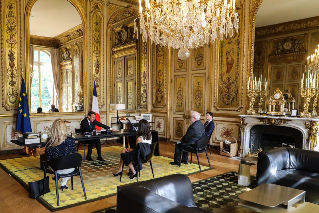 Emmanuel Macron dans son bureau dont le décor a été rénové