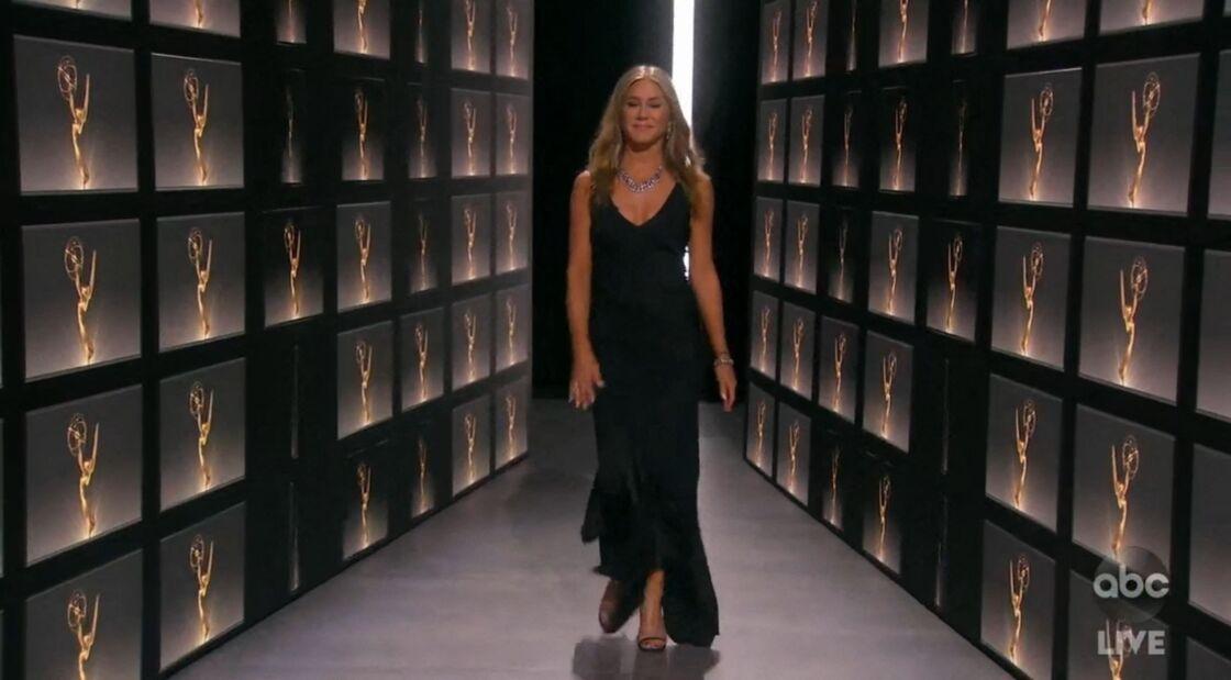 Jennifer Aniston très chic en robe longue fluide pour la soirée des Emmy Awards 2020