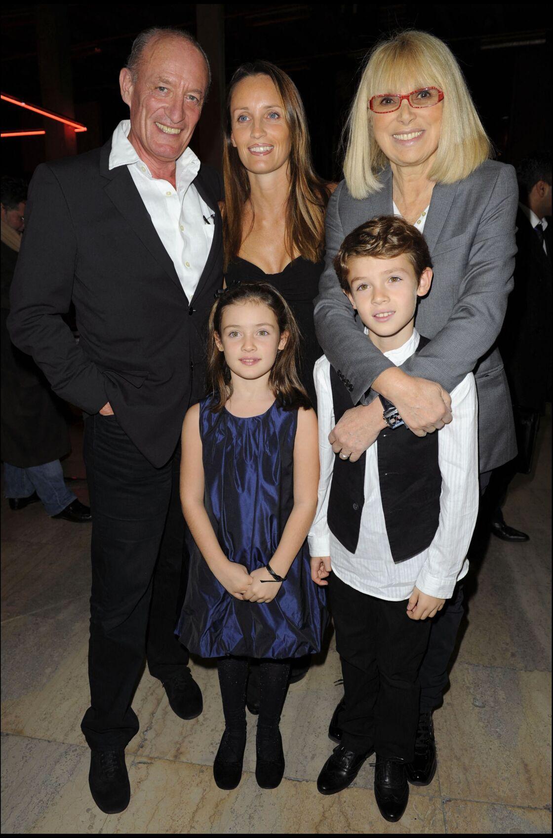 Mireille Darc et Pascal Desprez, avec Clémentine, Justine et Valentin, fille, petite-fille et petit-fils de l'architecte, en 2009.