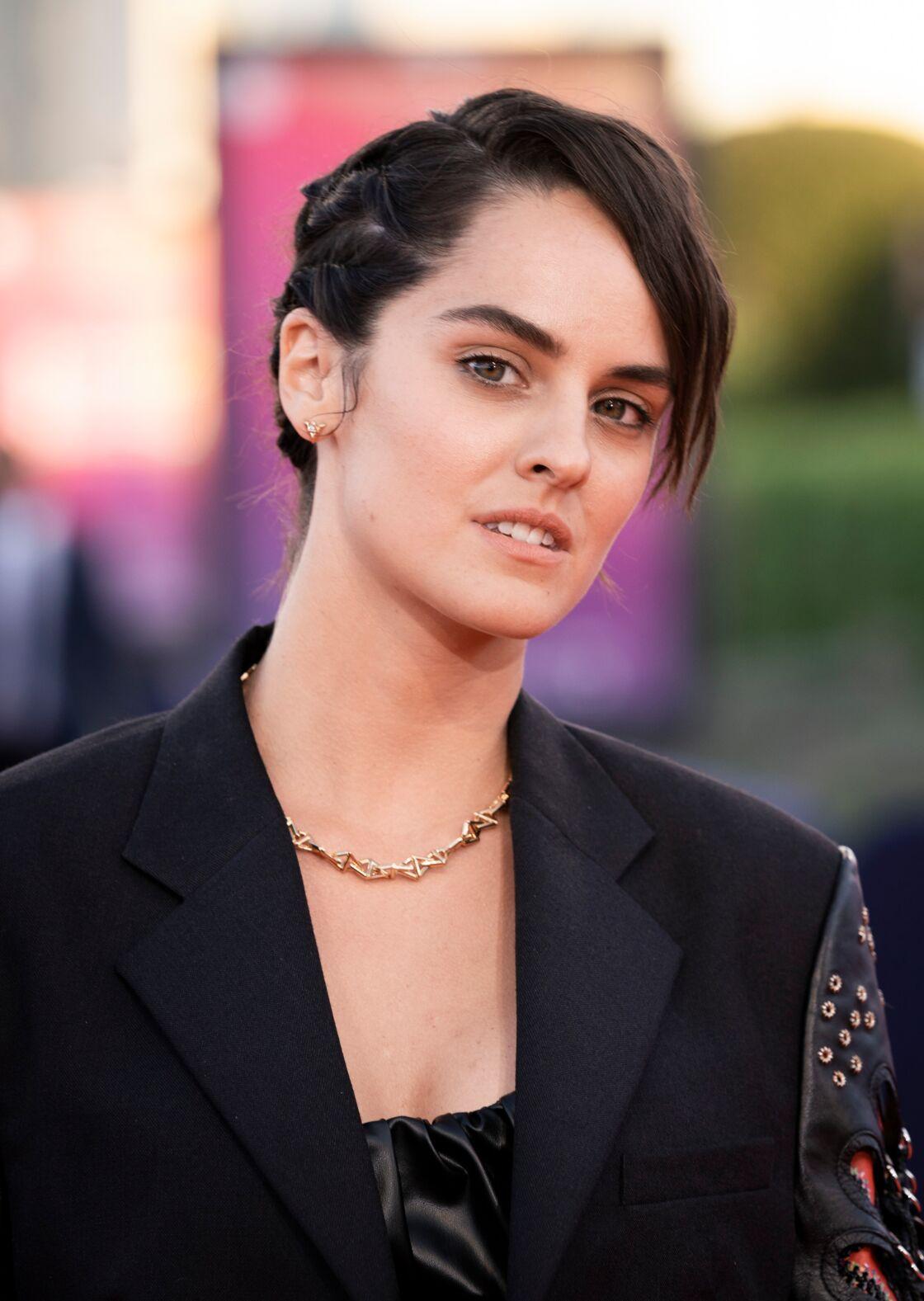 Noémie Merlant porte qu'un collier, boucles d'oreilles et bagues en or et diamants de la collection LV Volt Joaillerie Louis Vuitton à la première de