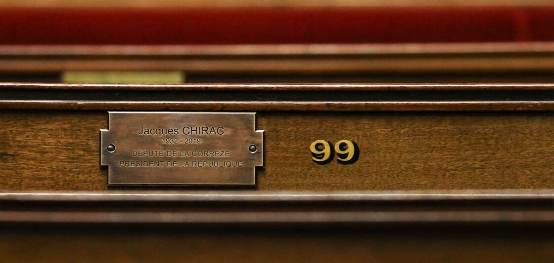 La plaque commémorative en l'honneur de Jacques Chirac à l'Assemblée Nationale, inaugurée le 23 septembre 2020.