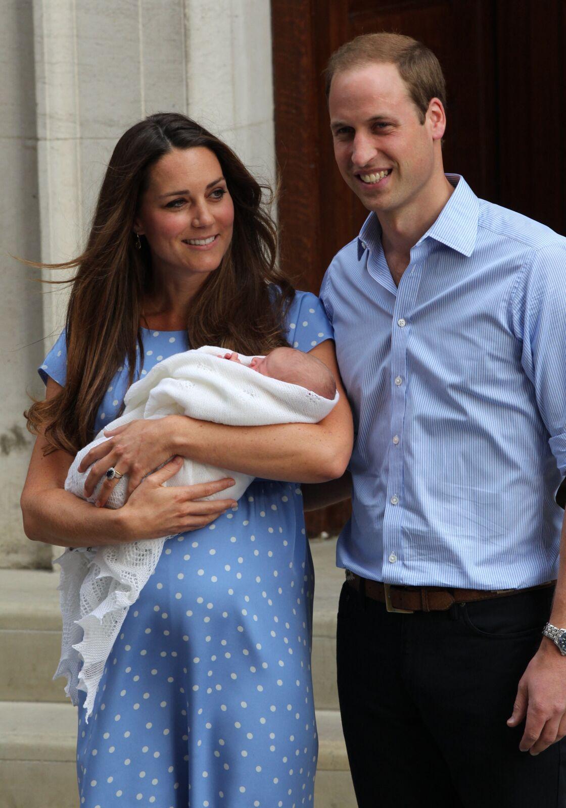 Kate Middleton, William et George à la sortie de l'hôpital St-Mary a Londres le 23 juillet 2013