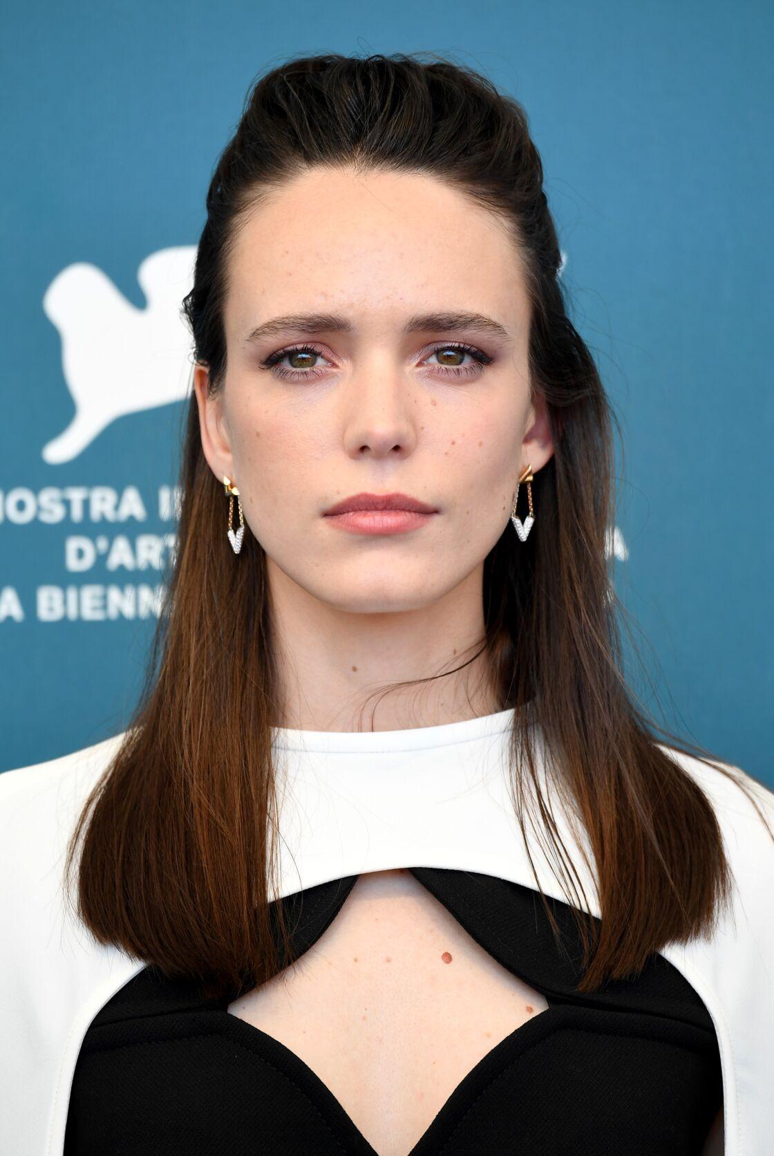 Lors du 77e Festival du Film de Venise Stacy Martin porte des boucles d'oreilles en or et diamants de la collection LV Volt Joaillerie Louis Vuitton.