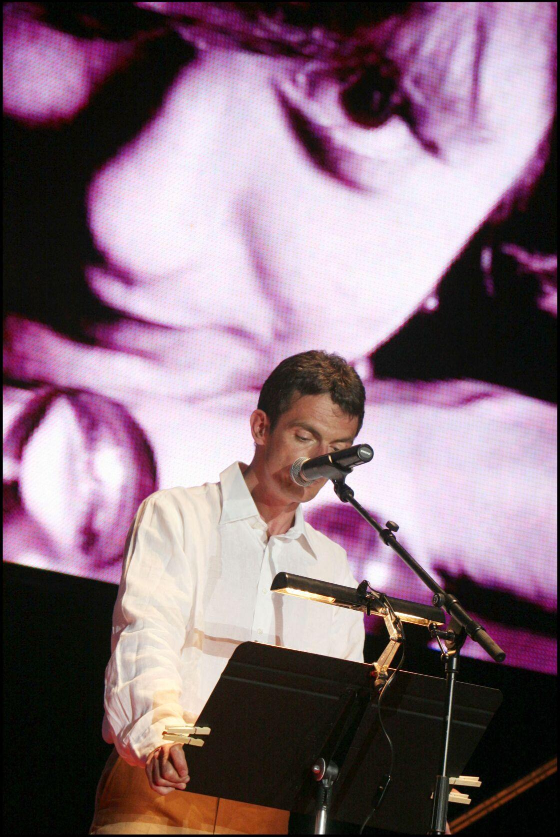 Le fils de Françoise Sagan, Denis Westhoff, devant un portrait de sa mère le 19 juin 2005