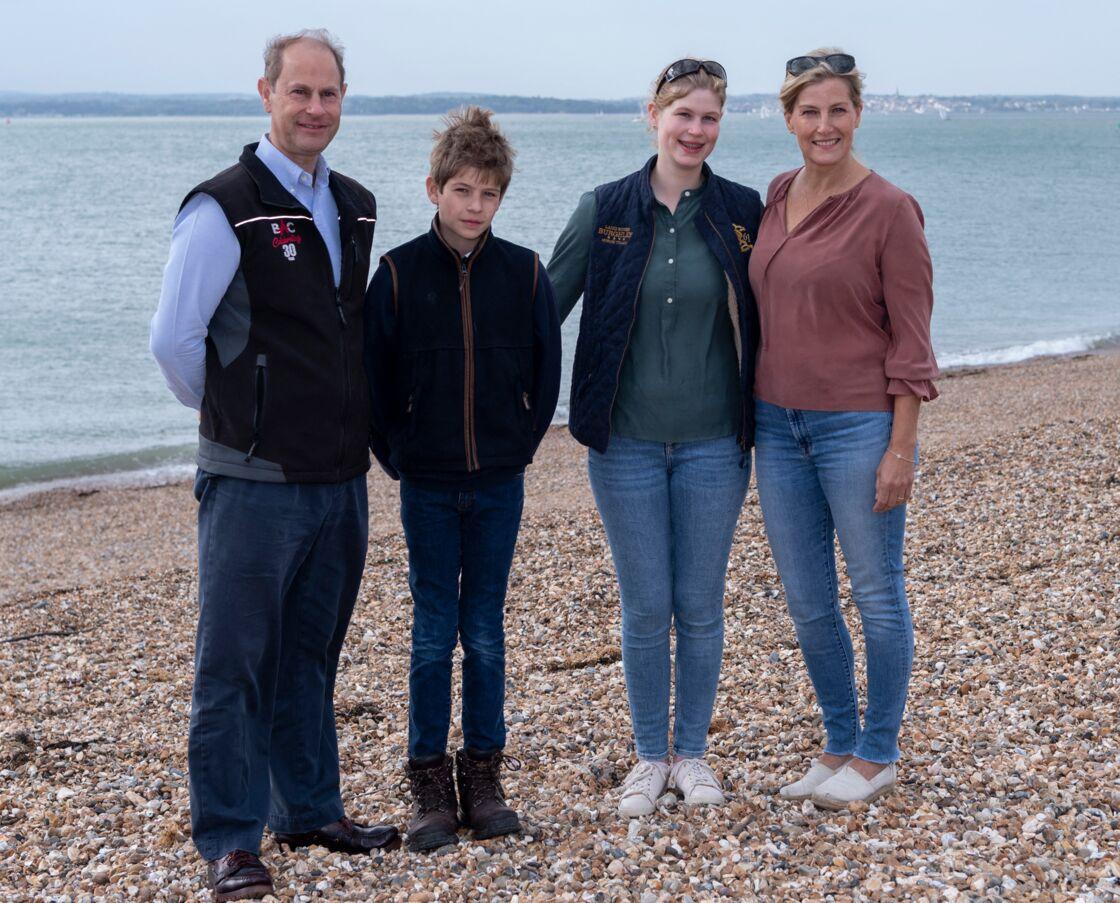 Le prince Edward et Sophie, accompagnés de leurs deux enfants, James et Louise, le 20 septembre 2020, lors de l'opération