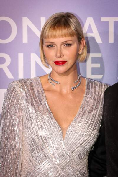 Radieuse, la princesse Charlène de Monaco  en robe scintillante Kenny Packham, bouche rouge et collier précieux.