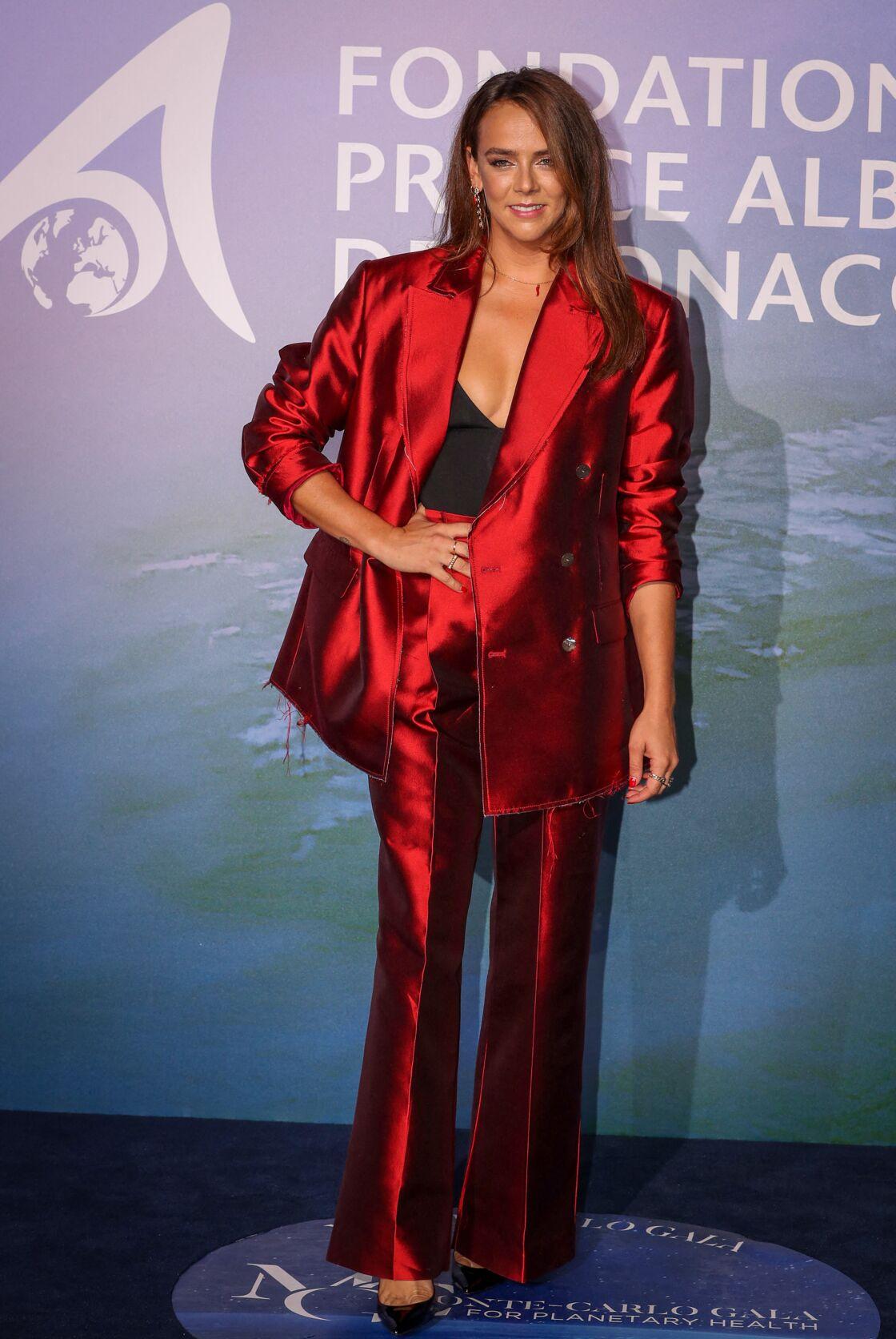Pauline Ducruet habillée par sa propre marque Alter avec un costume en satin rouge