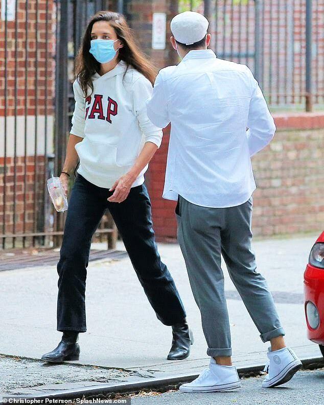 Katie Holmes stylée et décontractée dans les rues de New York avec son nouveau compagnon.