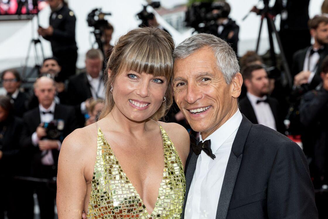 Mélanie Page et Nagui posent complices et tout sourire, sur les marches du Festival de Cannes, en mai 2019.