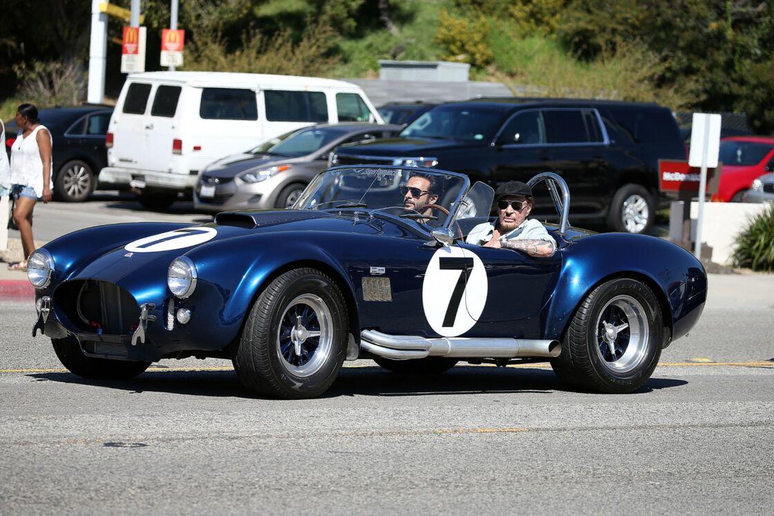 Johnny Hallyday au volant de son cabriolet AC Cobra, en 2017.