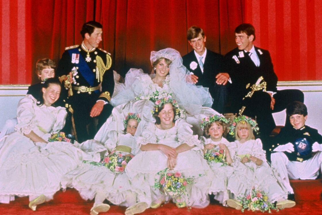 Le prince Charles et Diana avec leurs témoins et demoiselles d'honneur - India Hicks est en bas, au centre, devant la mariée - le jour du mariage royal, le 29 juillet 1981.