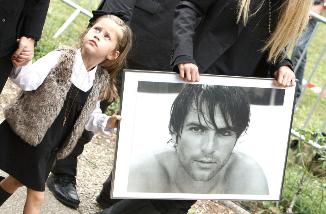 Sasha Nikolic, alors âgée de 3 ans, aux obsèques de son père, Filip Nikolic, le 24 septembre 2009.