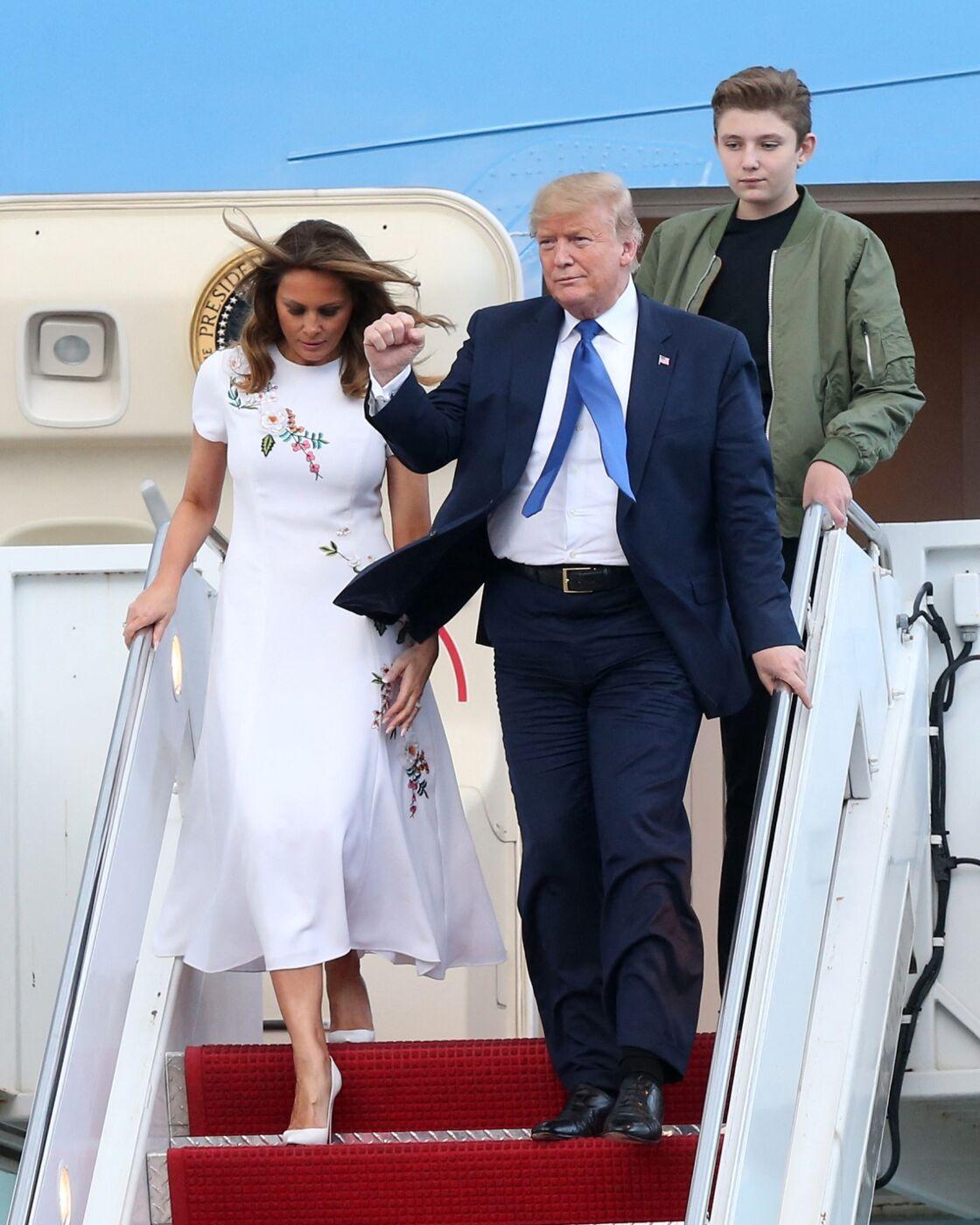 Donald Trump, son épouse Melania et son fils Barron, à l'aéroport de Palm Beach, le 17 janvier 2020.