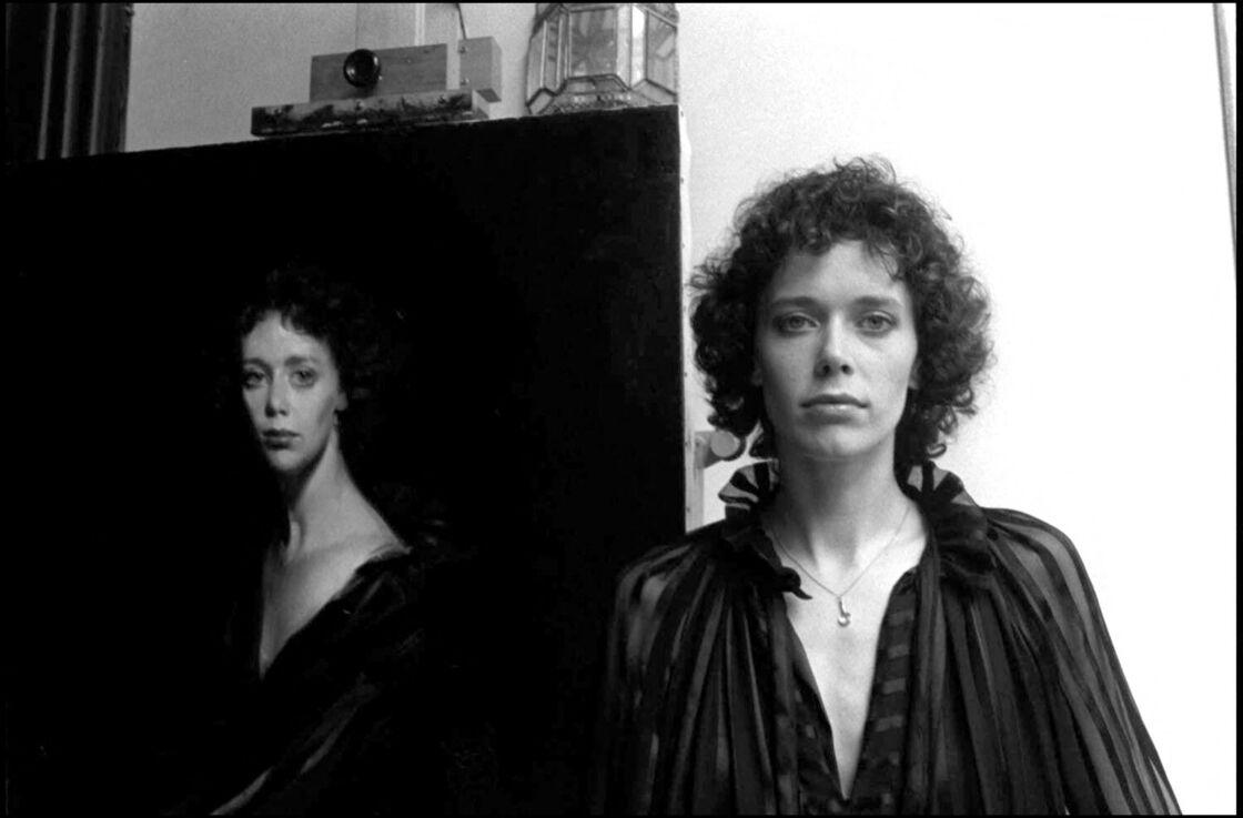 Sylvia Kristel devant son portrait en peinture, en 1978