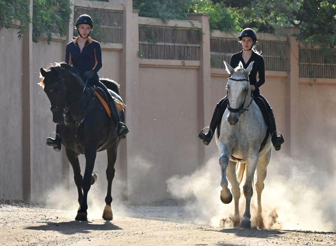 Victoria et Cristina Iglesias, les filles de Julio Iglesias se promènent à Marbella à cheval, le 21 septembre 2020.