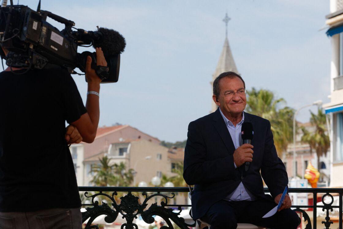 Jean-Pierre Pernaut lors d'un duplex à Sanary, en mai 2018. Le 18 décembre prochain, le présentateur du JT de 13h de TF1 dira adieu à la France des régions qu'il a mis en valeur depuis 1988.