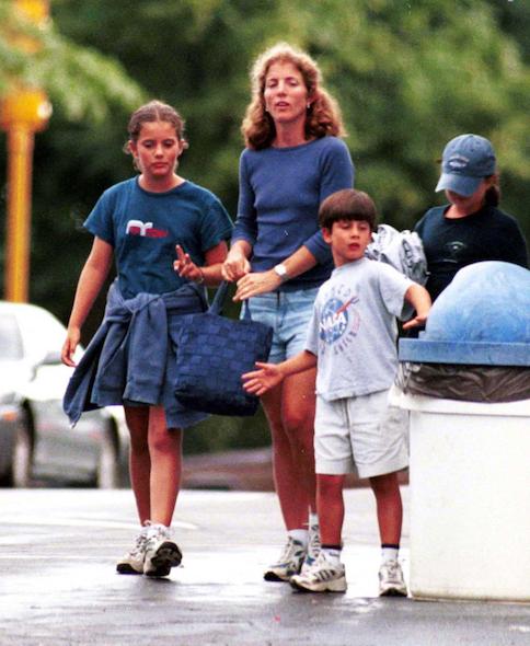 Jack Schlossberg, avec sa soeur aînée Rose et leur mère Caroline, à Hyannis Port, en 1999.