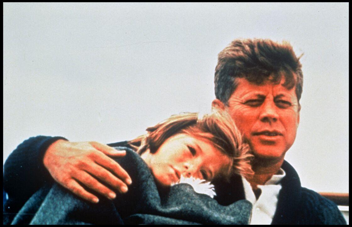 John Fitzgerald Kennedy avec sa fille Caroline, mère de Jack Schlossberg, à Hyannis Port, le refuge du clan, en 1963.
