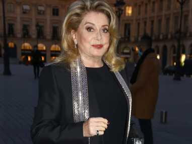 PHOTOS - Catherine Deneuve rayonnante au défile Louis Vuitton à Paris