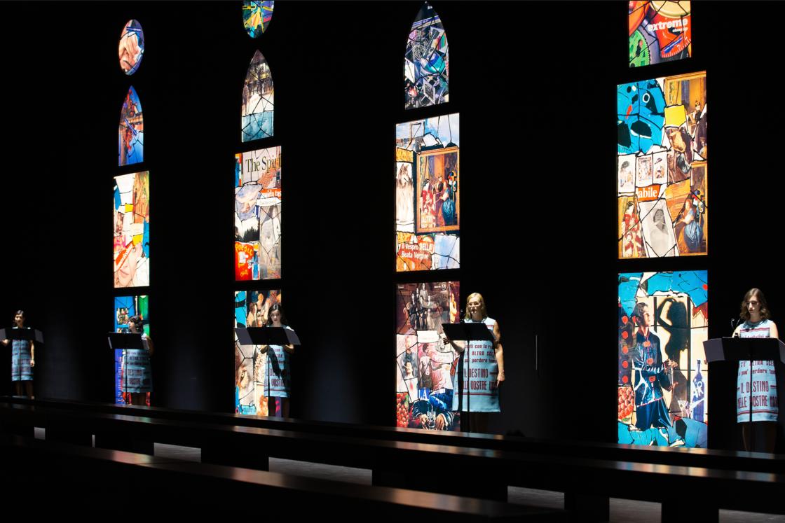 Le décor du défilé de prêt-à-porter printemps-été 2021 de Dior : des vitraux signaux Lucia Marcucci et les choristes de l'ensemble Sequenza 9.3.