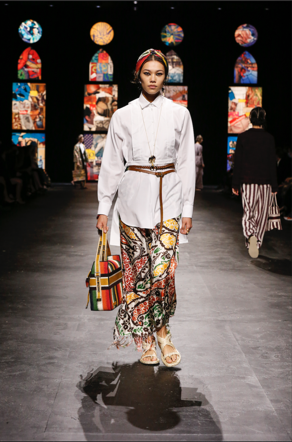 Pièce forte du défilé de prêt-à-porter printemps-été 2021 de Dior : la chemise blanche portée en tunique par-dessus un pantalon ou un short, ou encore en robe.