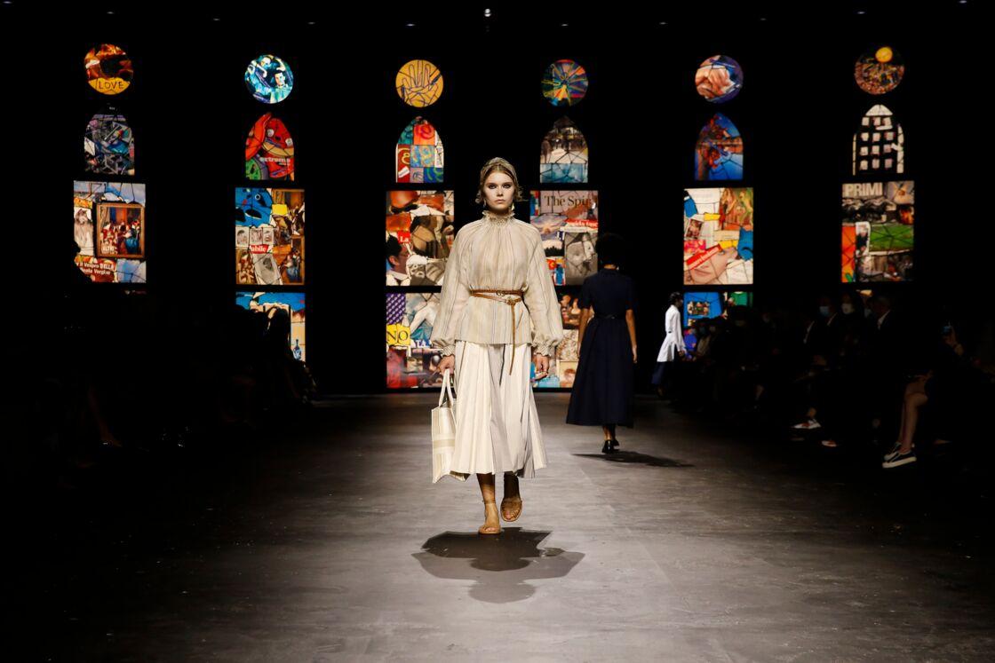 Blouse et jupe amples, ceinturées avec délicatesse : une silhouette remarquée du défilé de prêt-à-porter printemps-été 2021 de Dior.