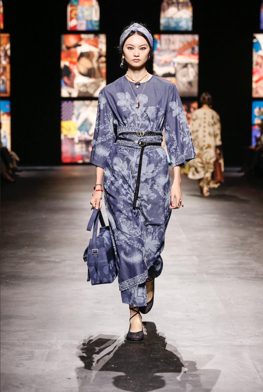 Une robe à manches courtes et au motif fleuri d'inspiration indonésienne, autre façon de voyager pour Dior.