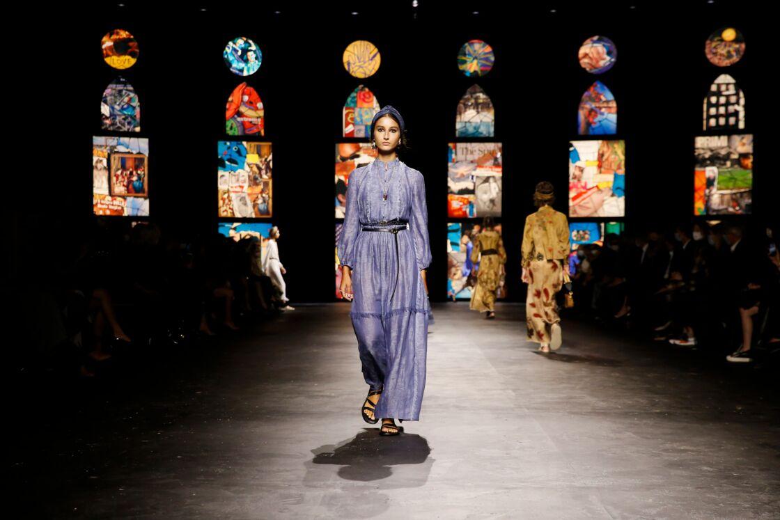Autre robe fluide d'inspiration asiatique, évoquant les débuts de l'ère industrielle et l'entrée des femmes dans la vie active.