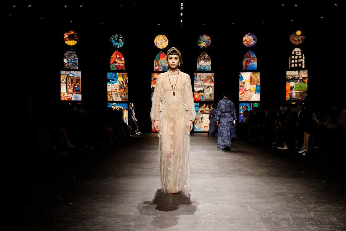 Autre récurrence du défilé de prêt-à-porter printemps-été 2021 de Dior: la robe longue, fluide et transparente, épousant les mouvements du corps féminin.