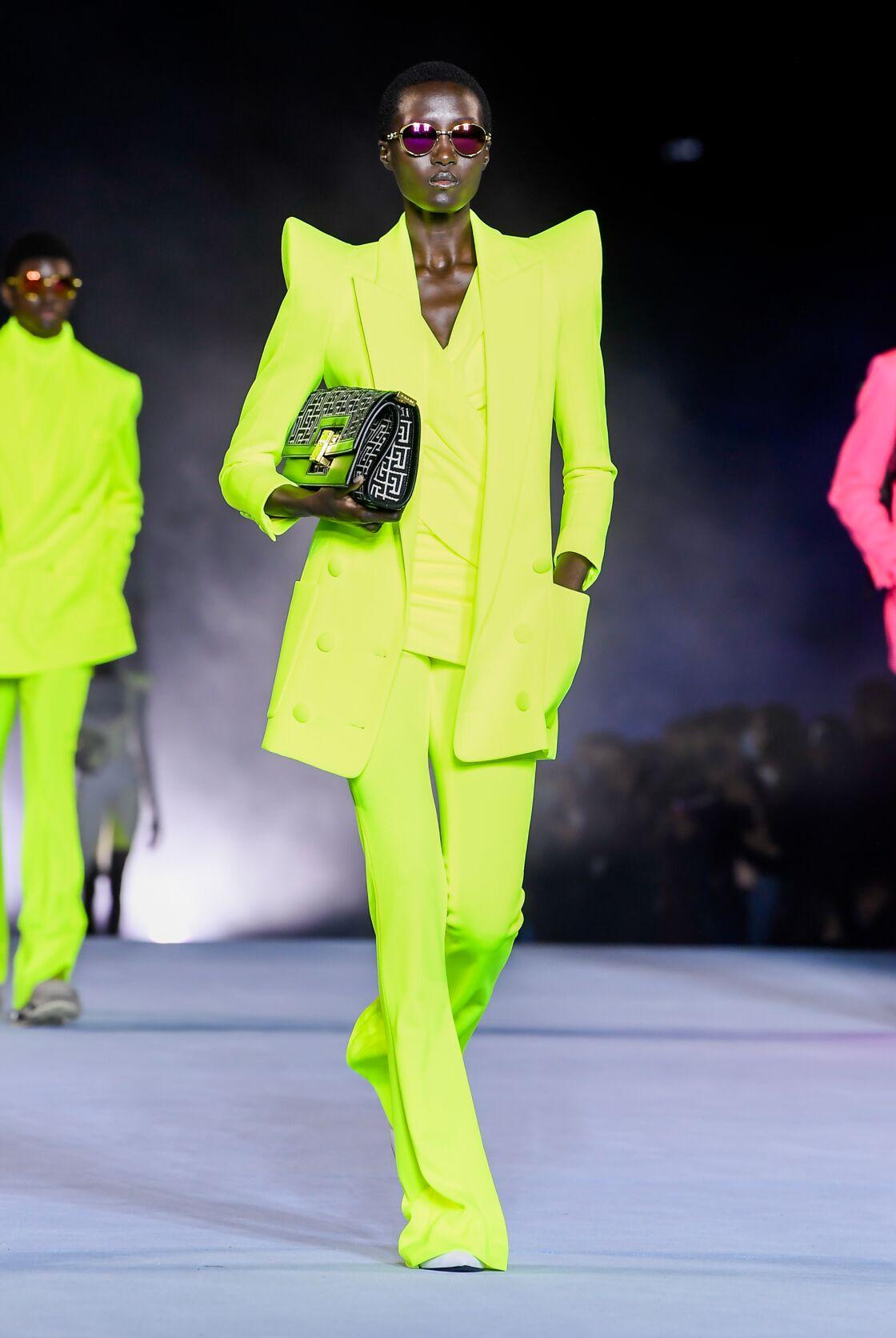 Autre récurrence de ce défilé printemps-été 2021 de Balmain : Les silhouettes audacieuses néons et flashy !