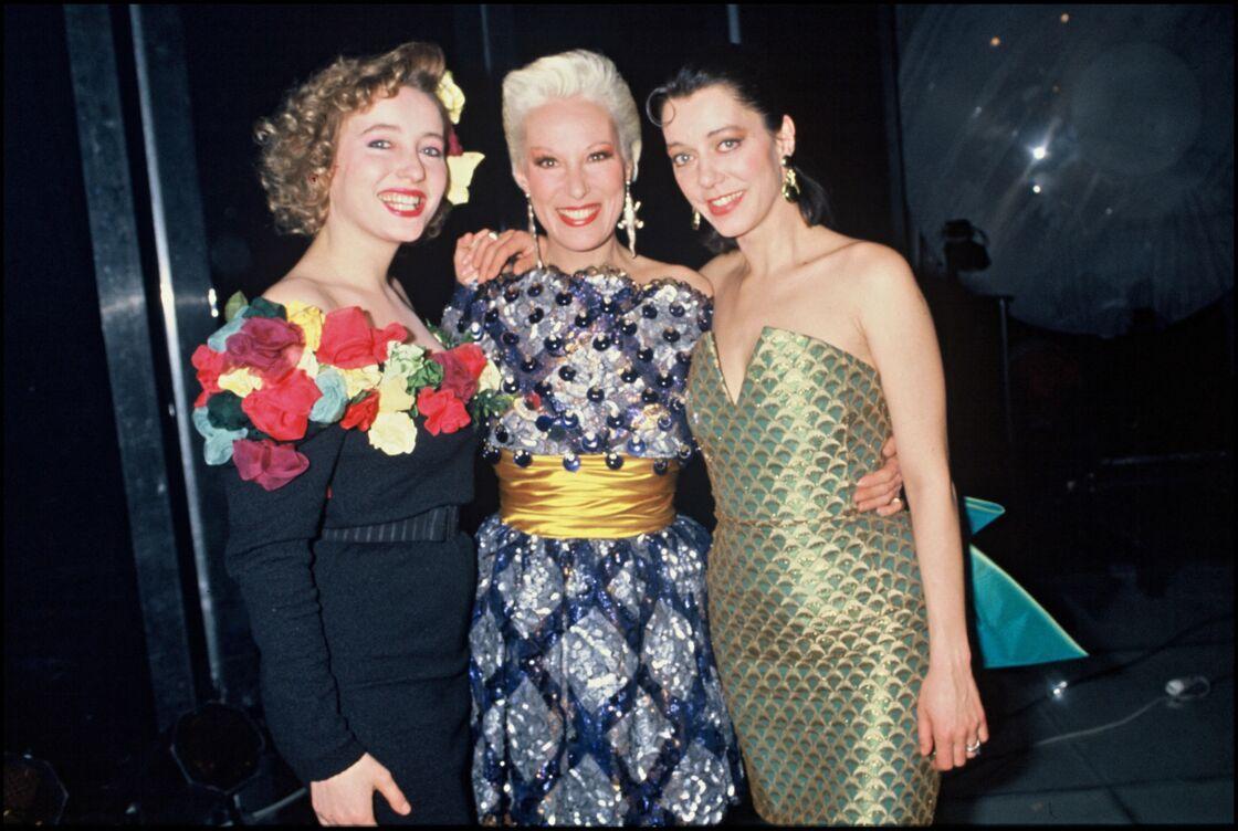 Bernadette Lafont et ses deux filles, Pauline (à gauche) et Elisabeth (à droite), en 1987.