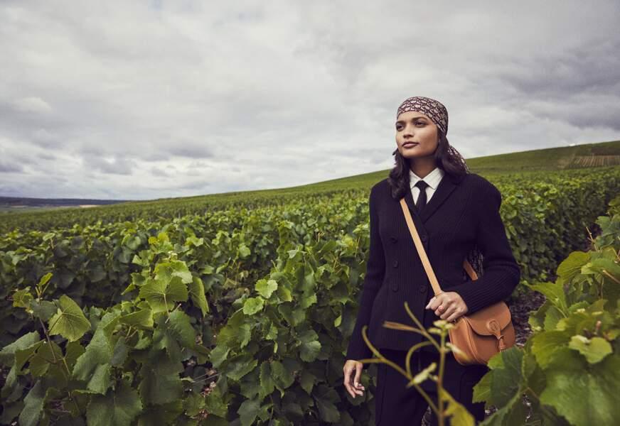 Tendance néo-bourgeoise : Veste bar demie en maille anglaise, chemise en soie, pantalon en maille, foulard en soie, cravate en résille, bague et sac Dior Bobby en cuir, le tout Dior.