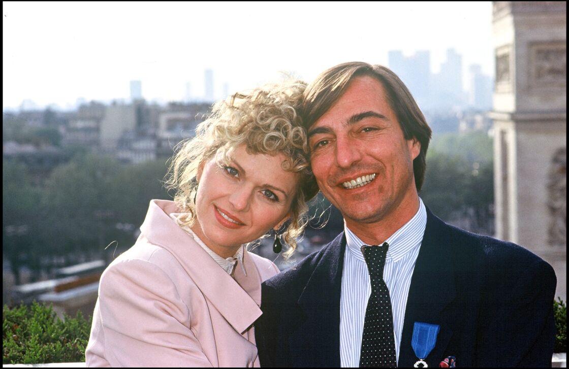 Jeane Manson et Allain Bougrain-Dubourg décoré de l'Ordre national du mérité, en 1989. La chanteuse a ravi le journaliste animalier à Brigitte Bardot.