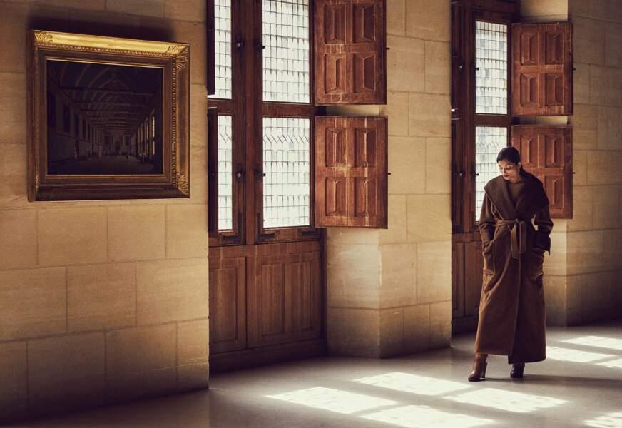 Manteau ceinturé Max Mara, body Wolford. Boucles d'oreilles Isabelle Langlois, bottes Michael Kors Collection.