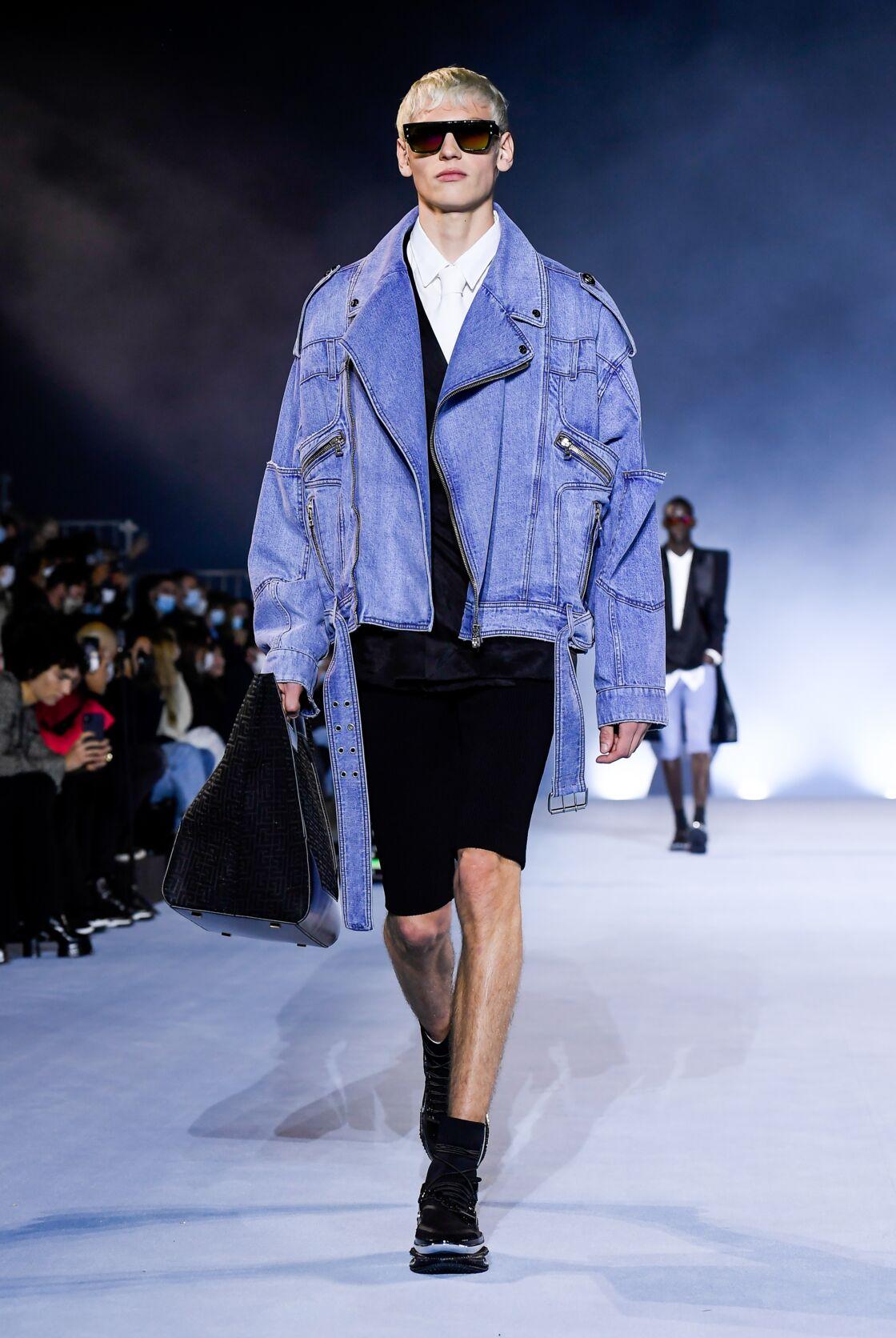 Balmain s'engage pour la planète avec cette veste en jean éco-responsable de la prochaine collection printemps-été 2021 de Balmain.